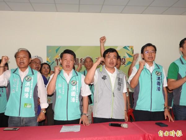洪耀福(左3)等人高呼竹山團結,南投勝利,打贏年底縣長及其他公職選舉。(記者佟振國攝)