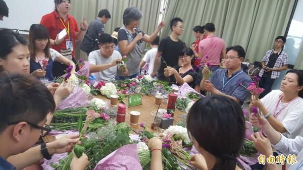 參加聯誼的男男女女們製作花束。(記者楊心慧攝)