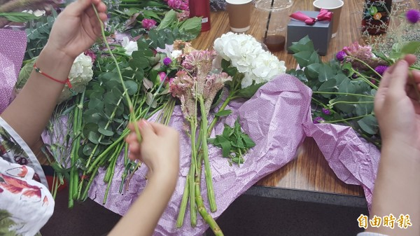 老師教導製作情人節花束。(記者楊心慧攝)