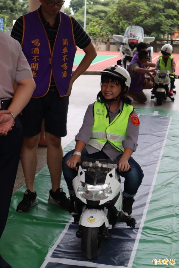 「小小超級戰警」體驗營,小朋友開心騎警車。(記者歐素美攝)