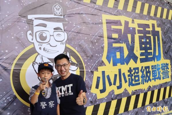「小小超級戰警」和主辦的台灣新世代關懷協會理事長及立委江啟臣合影。(記者歐素美攝)