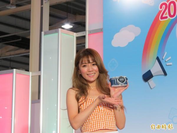 中區資訊展邀請解婕翎到場與粉絲同樂,還與產品連拍(記者蘇金鳳攝)