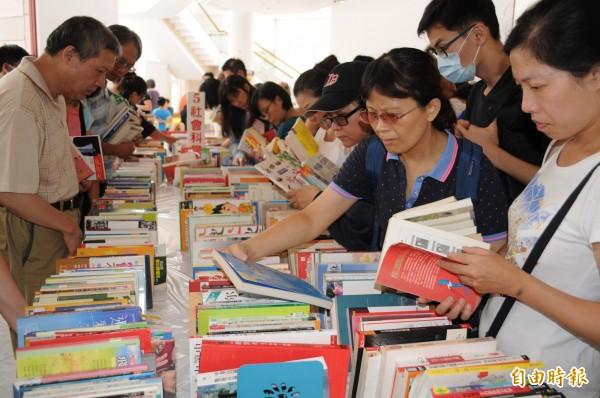 「2018新竹市閱讀節,夏季主題活動-曬書節」今在竹市演藝廳一樓與戶外水景廣場舉辦,有近2萬冊的好書可以交換。(記者王駿杰攝)