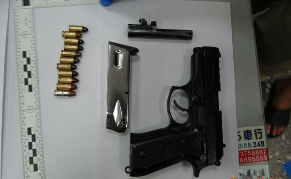 蘇嫌涉嫌持有1把改造手槍。(記者楊金城翻攝)