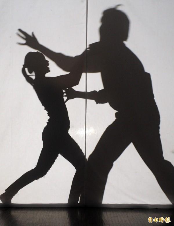 總幹事與女住戶發生肢體衝突,最後離職又判拘。(情境圖)