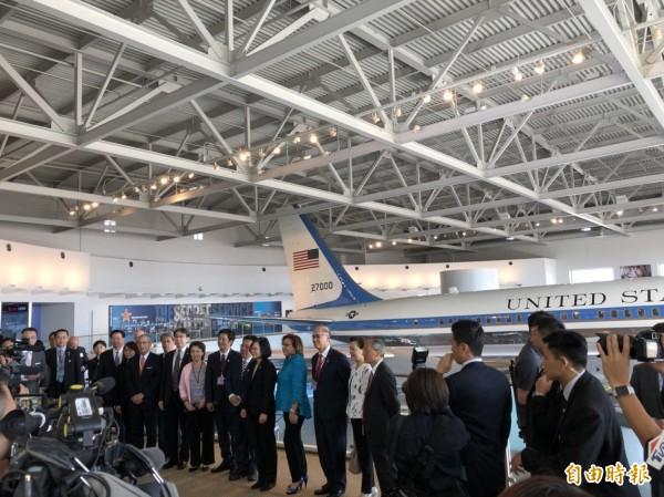 總統與隨團成員在雷根博物館內已除役的空軍一號前合影。(特派記者蘇永耀攝)