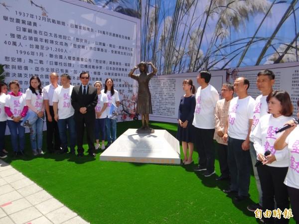 前总统马英九(左著西装者)参加南市慰安妇铜像揭幕。(记者王俊忠摄)