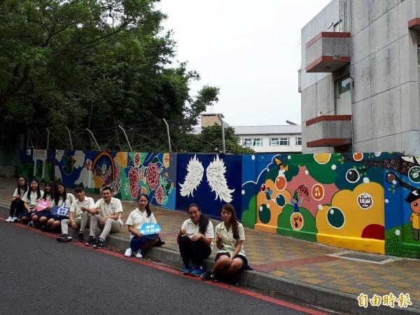 新竹高商與玄奘大學合作,在新竹市十八尖山入口處與新竹高商的舊圍牆進行採繪,有六個主題,讓前往運動健行的民眾都能看見,成為新地貌和打卡熱點。(記者洪美秀攝)