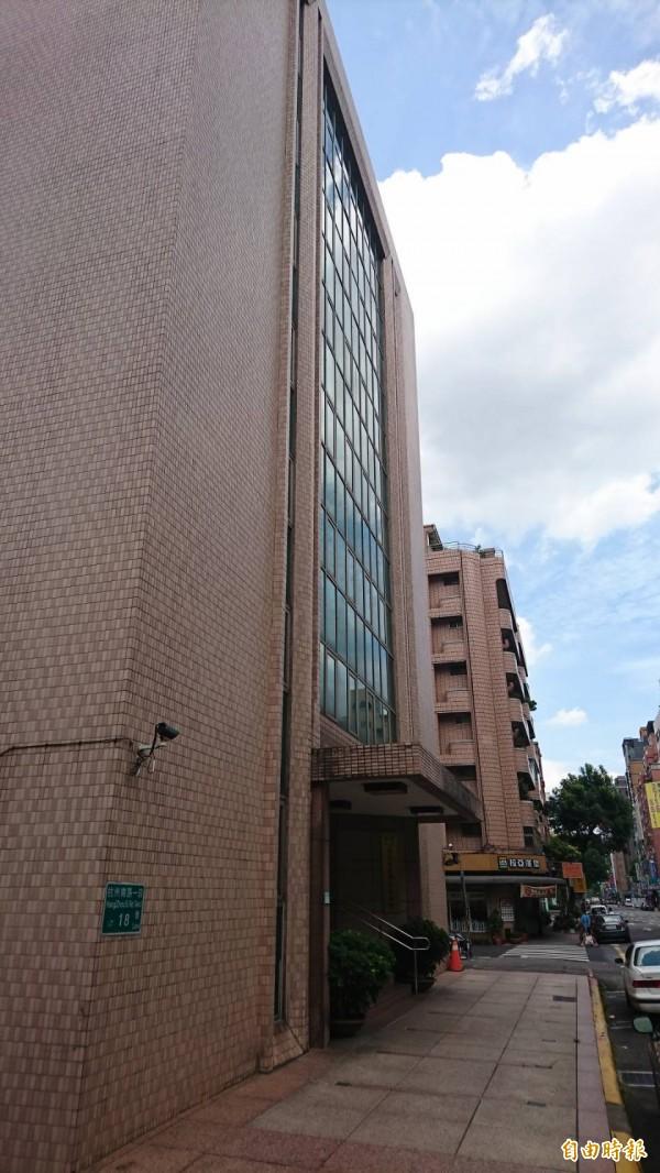 行政執行署台北分署查封國民黨智庫建物,今日正式派人貼上封條。圖為國家政策研究基金會大樓外觀。(記者陳鈺馥攝)