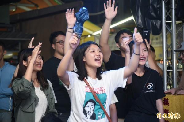 蘇友謙一上台唱歌,粉絲們尖叫聲不斷。(記者張忠義攝)