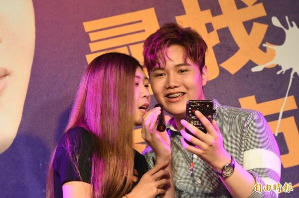 蘇友謙與歌迷情歌對唱。(記者張忠義攝)