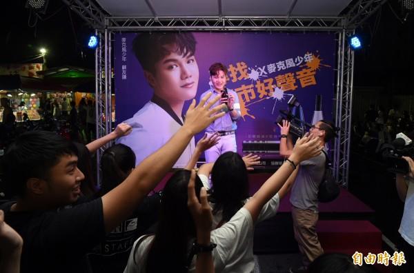 蘇友謙歌唱時,粉絲們雙手隨者音符擺動。(記者張忠義攝)