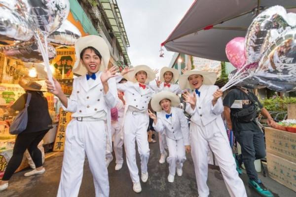 「想念飛飛系列踩街活動」中,模仿鳳飛飛的團體沿街進行表演。(桃園市政府提供)
