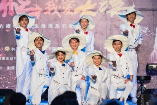 「想念飛飛紀念音樂會」中,至善高中表藝科學生模仿鳳飛飛進行表演。(桃園市政府提供)