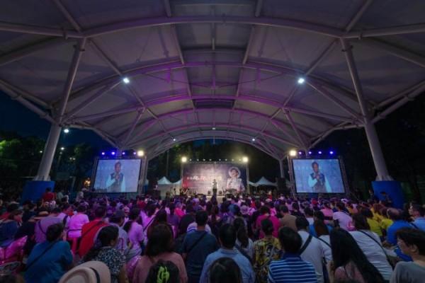 「想念飛飛紀念音樂會」中,鳳迷們模仿鳳飛飛進行表演,全場爆滿。(桃園市政府提供)