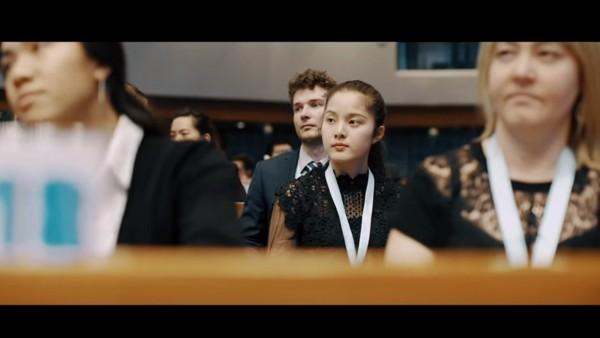 清大學生邱怡澍等3人參加聯合國世界大學生領導大會,以高超的扯鈴表演躍上大會,讓世界看見台灣,更做最佳的國民外交,同時還穿有客家花紋的旗袍,展現台灣特色。(照片由清大提供)