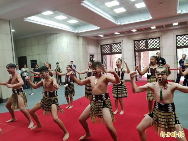 紐西蘭毛利族青少年來台尋根,前往行政院拜會政院發言人谷辣斯‧尤達卡(Kolas Yotaka),並表演毛利族傳統舞蹈。(記者李欣芳攝)