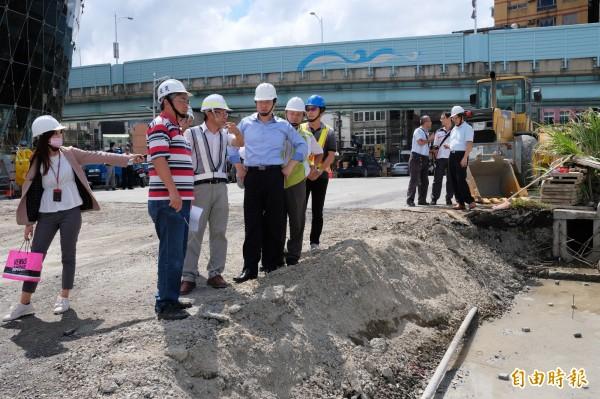 基隆市長林右昌(左四)現勘忠一路貫通工程進度。(記者林欣漢攝)