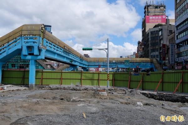 基一信陸橋未來將拆除。(記者林欣漢攝)
