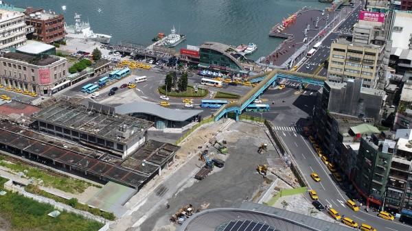 基隆火車站前面圓環將進行整建,右方基一信陸橋未來也會拆除。(基隆市政府提供)