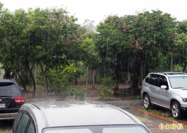 南投縣是發布豪雨縣市之一,午後已下起間歇性大雨。(記者陳鳳麗攝)