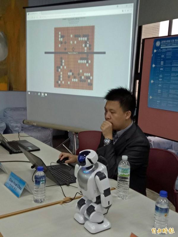 周俊勳與臉書OpenGo(右)合作,與AlphaGo對奕。(記者黃旭磊攝)