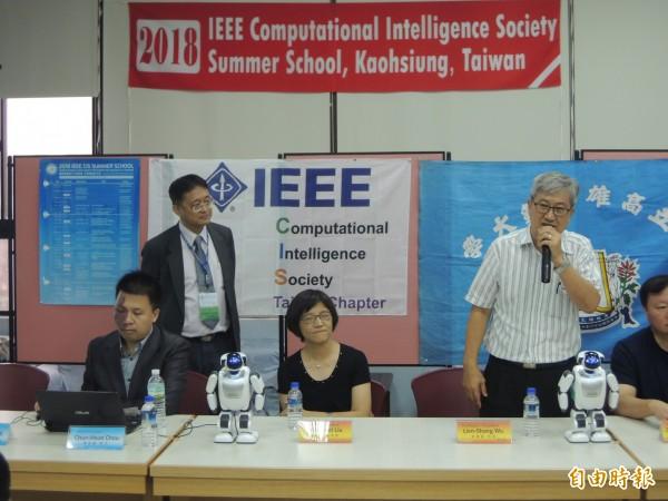 高師大校長吳連賞(右)號召師生學習AI。(記者黃旭磊攝)