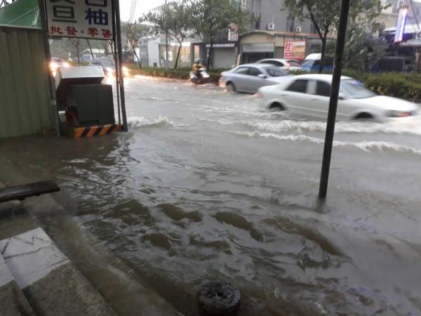 麻豆市區淹水。(記者楊金城翻攝)