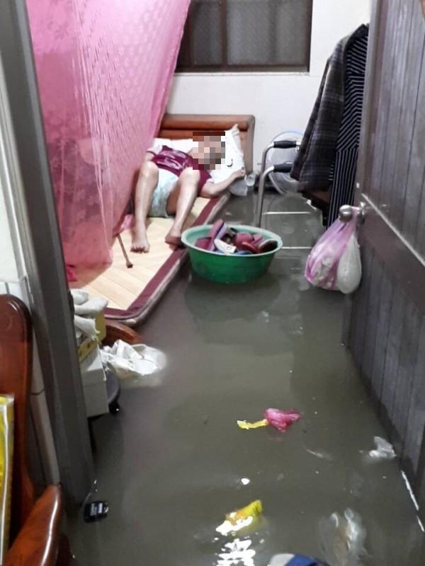 鹽水慘淹,尾寮部落低窪處的老人待援。(記者楊金城翻攝)