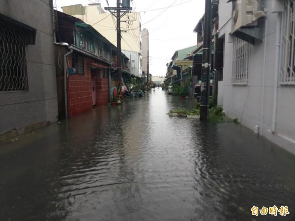 一夜豪雨,嘉義市重慶二街水淹近膝蓋深。(記者王善嬿攝)