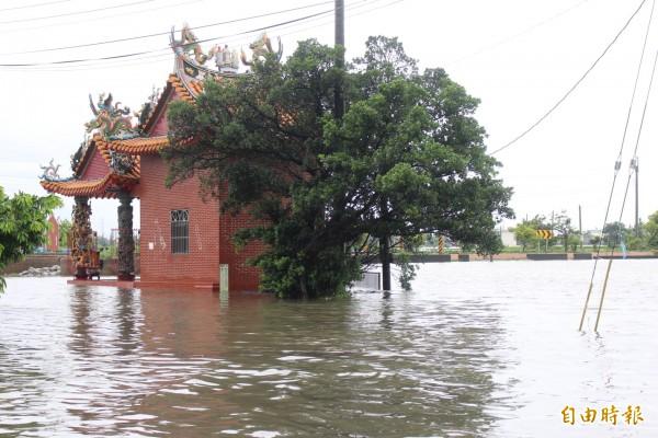 大埤興安村淹水及膝。(記者黃淑莉攝)