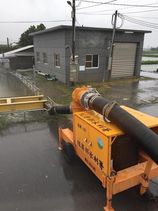 豪雨侵襲南台灣,水利署已調度、支援嘉義縣、台南市重災區94部大型抽水機救災。(記者吳仁捷翻攝)