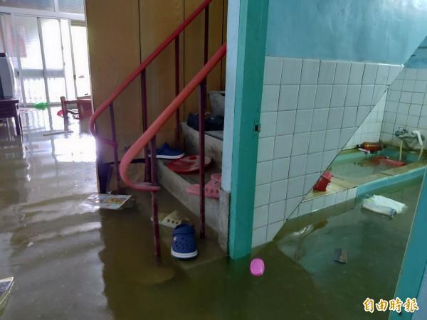 823水災讓嘉義縣沿海鄉鎮市損失慘重,東石鄉西崙村的民宅淹水還沒消退。(記者曾迺強攝)