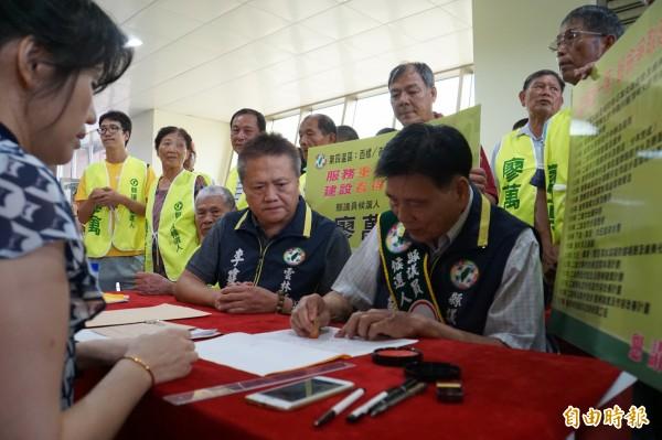 廖万(右)替人抬轿30年,今年70岁,首度登记参选议员。(记者詹士弘摄)