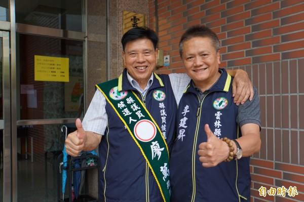 廖万(右)在资深议员李建升陪同下,登记参选议员。(记者詹士弘摄)
