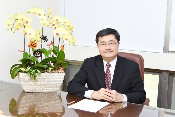 鐘育志就任高雄醫學大學第8任校長。(高醫大提供)(記者黃旭磊攝)