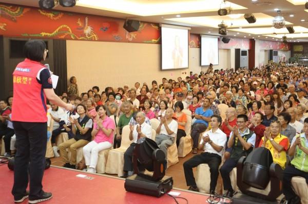 新竹縣長參選人、民國黨主席徐欣瑩(左邊台上)近期頻頻舉辦問政說明會,面對面跟鄉親搏感情。(圖由徐欣瑩陣營提供)