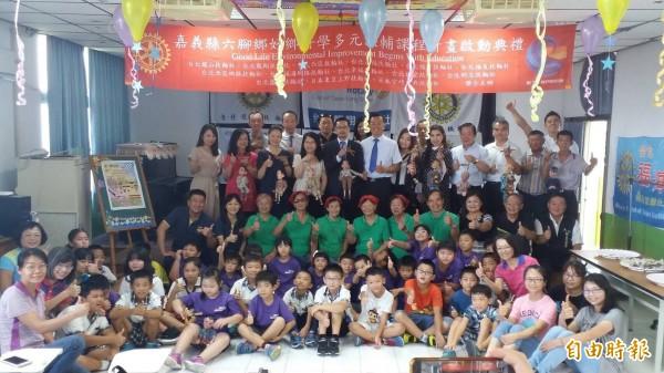 扶輪社社友到嘉義縣六腳鄉捐助善款,幫助學童。(記者林宜樟攝)