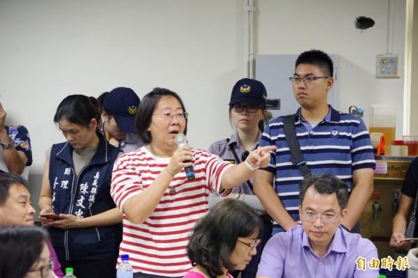 縣議員林于玲(持麥克風者)要求交通部長吳宏謀爭取調降地方配合款。(記者曾迺強攝)