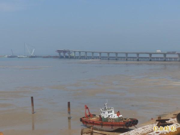 聯結大、小金門間的金門大橋,目前工程進度落後一點三八%。(記者吳正庭攝)