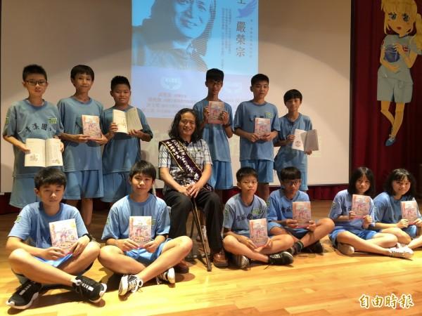 嚴榮宗捐贈1700冊繪本自傳給青溪國中的學弟妹。(記者陳昀攝)