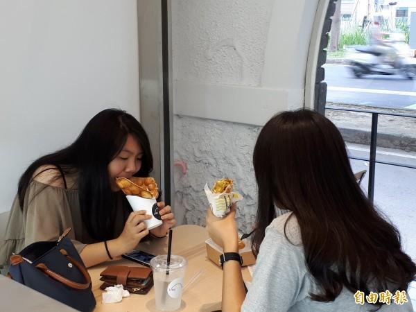 新竹市位在隆恩圳三民路與民權路口的「Like.8」雞蛋仔,常吸引很多年輕女生排隊購買,尤其吃起來酥脆軟嫩,常讓人忍不住一顆接一顆吃起來。(記者洪美秀攝)