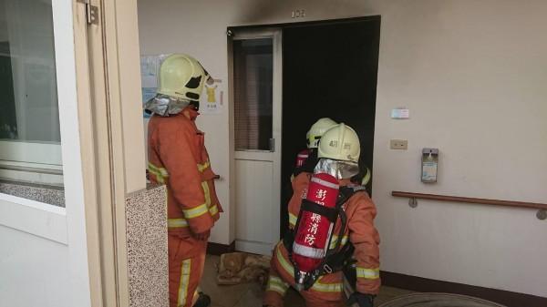 澎湖縣政府消防局人員抵達後,控制火勢並進入火場調查。(澎湖縣政府消防局提供)