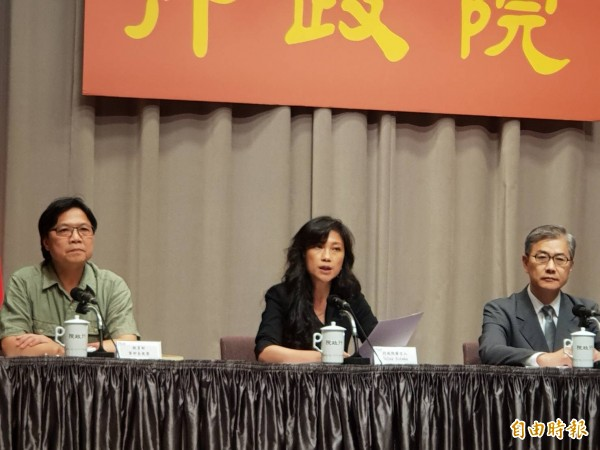教育部長葉俊榮(左)表示盼新任教育部政次范巽綠很快到任,協助發揮教育量能。(記者李欣芳攝)