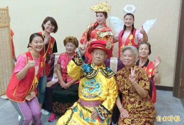 華山基金會舉辦「中秋K歌愛心餐會」活動中,許多長輩們粉墨登場演出,並一起開心合照。(記者謝介裕攝)
