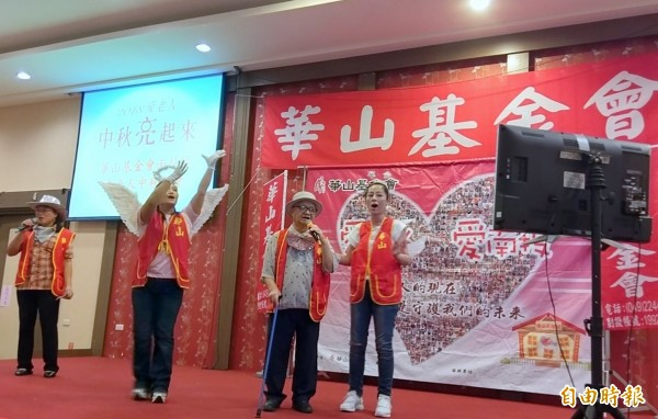 華山基金會舉辦「中秋K歌愛心餐會」活動,參賽的長輩李財祿(右2)獻唱「隱形的翅膀」,感謝華山志工們陪他走過復健的艱辛日為。(記者謝介裕攝)