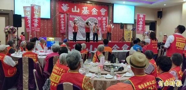 華山基金會舉辦「中秋K歌愛心餐會」活動,場面溫馨、熱鬧。(記者謝介裕攝)