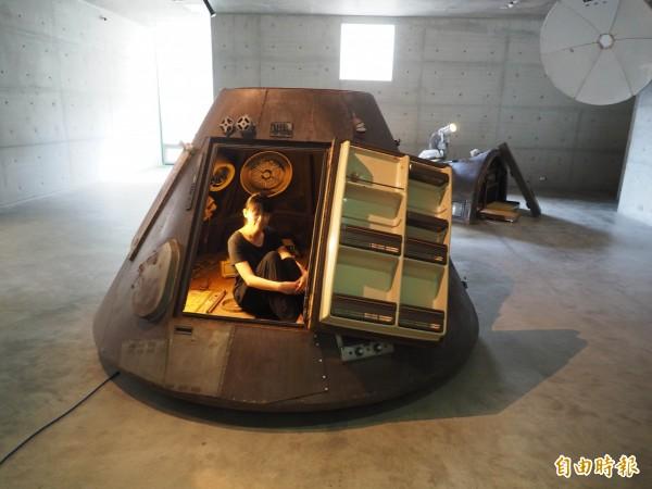 「帶我去月球」展覽中李承亮的太空艙,可讓觀眾進入。(記者陳鳳麗攝)