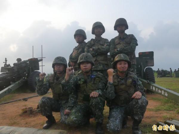 金防部「聯合反登陸作戰」操演中,有一砲班除砲長是男性,其餘6員全是女性,展現巾幗不讓鬚眉氣勢。(記者吳正庭攝)