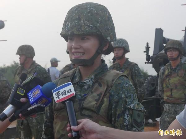 上兵孫巧穎過去重砲演訓中都擔任通訊任務,今年在現場擔任說明官,同樣都是負責「傳遞」訊息,她認為這次的體驗很特別。(記者吳正庭攝)